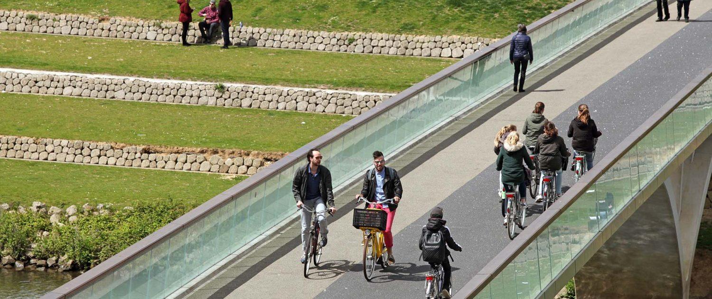 fiets en voetgangersbrug de Weerdsprong Venlo, glazen hekwerk