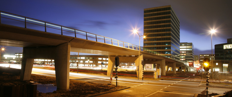 rustige verhoogde betonnen busbaanbrug, beton, brugontwerp door ipv Delft, busbrug in Gouda