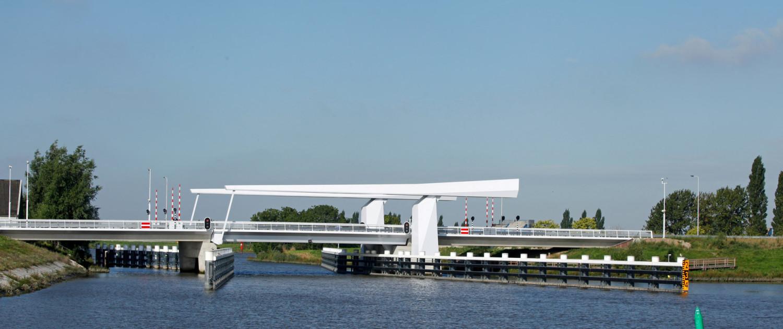 witte ophaalbrug met subtiel lijnenspel, beweegbare brug Gouda, brugontwerp door ipv Delft