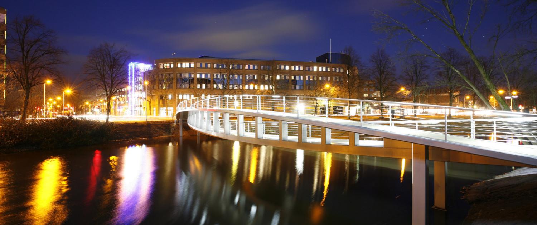 moderne, asymmetrische fiets en voetgangersbrug, brugontwerp door ipv Delft
