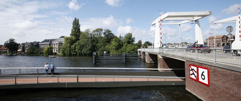 buitenbrug fietsbrug Haarlem N205 onder monumentale buitenrustbrug, brugontwerp door ipv Delft