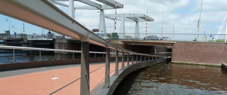 buitenbrug fietsbrug Haarlem N205 onder monumentale buitenrustbrug stalen handligger, verkeersbrug onder waterniveau in Haarlem, brugontwerp