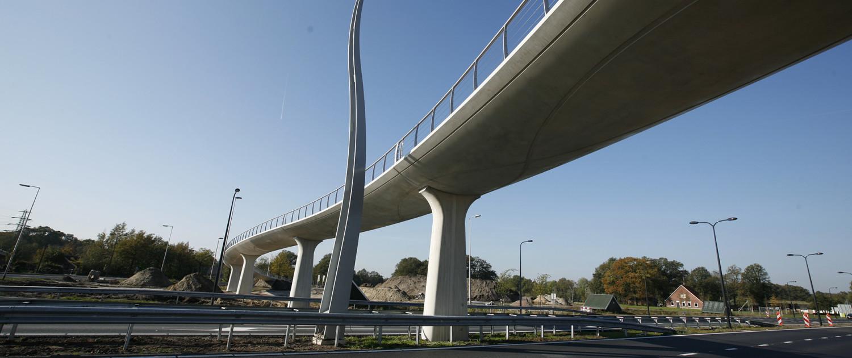 slanke fietsbrug met stalen lichtelement, helixvorm aan de onderkant, brugontwerp door ipv Delft