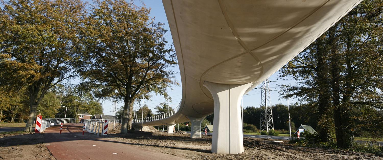 Fietsbrug Enschede beton helixvormig reliëf, prefab materiaal, slank ontwerp, brugontwerp door ipv Delft