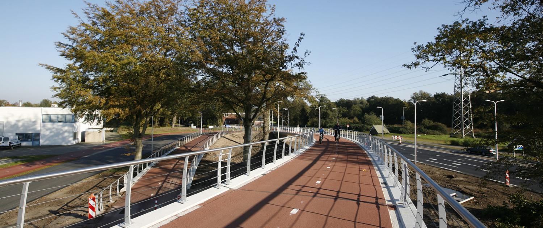 slanke wit betonnen meanderende brug van prefab elementen