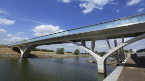 prefab betonnen fiets- en voetgangersbrug strak modern