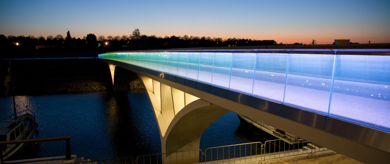 brug met zelfdragende glazen balustrade met gelijkmatige verlichting, mooie nachtverlichting, Weerdsprong Venlo, brugontwerp door ipv Delft