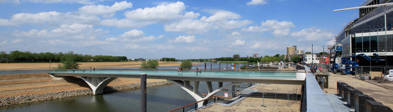 betonnen brug met opengewerkte hamerstukken, slank, modern en aantrekkelijk ontwerp door ipv Delft