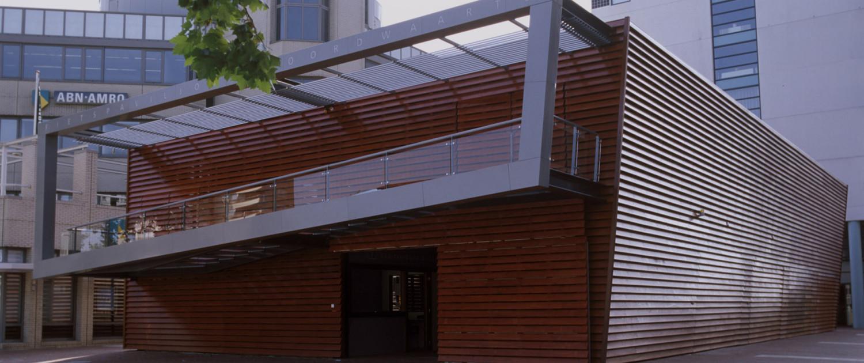 fietspavilioen stalen constructie houten lamellen, ontwerp door ipv Delft