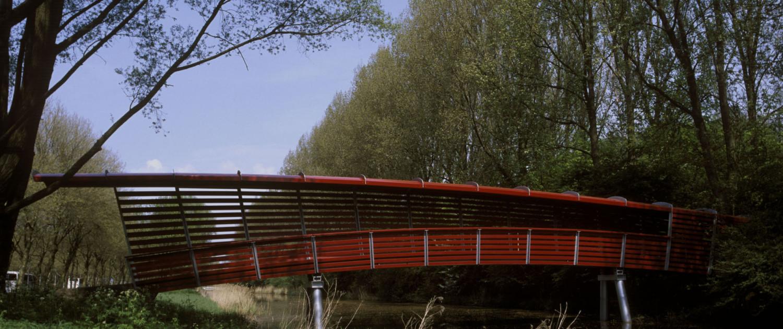 zijaanzicht toegangsbrug Amstelpark Amsterdam met kunstenaar Stefan Strauss bekleding van rode houten latten
