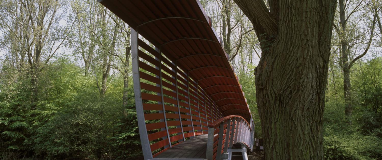 toegangsbrug Amstelpark Amsterdam met kunstenaar Stefan Strauss overdekte voetgangersbrug