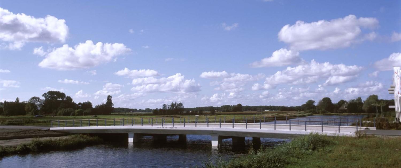 verkeersbrug Boekelermeer Alkmaar transparant hekwerk en wit beton