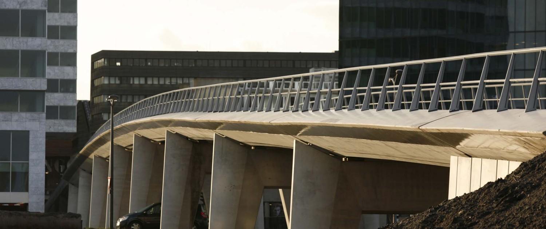 verhoogde betonnen busbaanbrug Almere