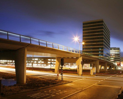 rustige verhoogde betonnen busbaanbrug Almere