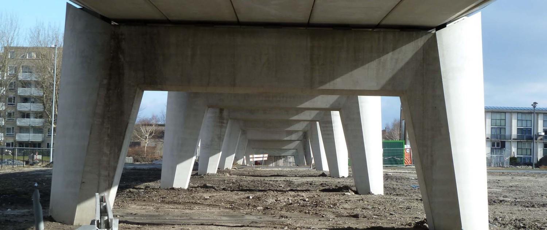 verhoogde betonnen staanders busbaanbrug