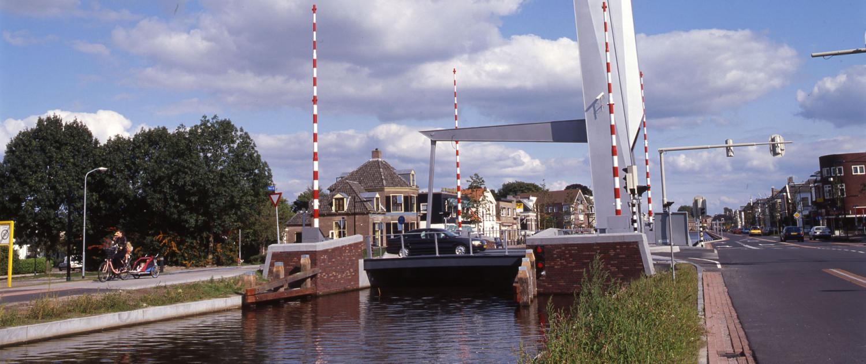 Nieuwe opvallende Witterbrug Assen moderne variant van ophaalbrug met één hamei en één balanspriem met verhoogde kademuur