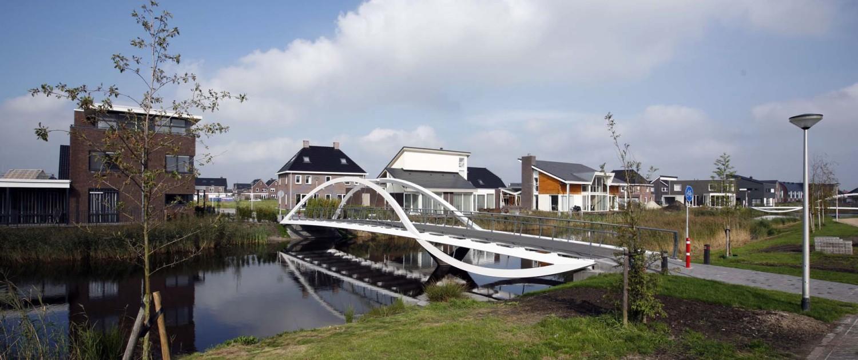 fiets- en voetgangersbrug Kloosterveen Assen antraciet en wit gecoate delen
