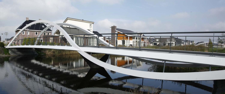 fiets- en voetgangersbrug Kloosterveen Assen dwarsverbinding met ledverlichting