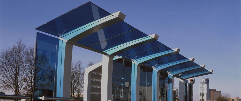 abri's Parkshuttle Capelle a/d IJssel haltemeubilair wachtruimtes robuuste staander met blauwe glasplaten moderne zakelijke uitstraling
