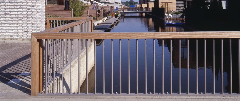 bruggenfamilie De Watertuinen Den Bosch strak modern en toegankelijk betonelement met houten rail