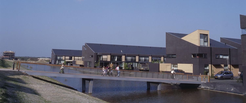 bruggenfamilie De Watertuinen Den Bosch strak modern en toegankelijk voor voetgangers en fietser