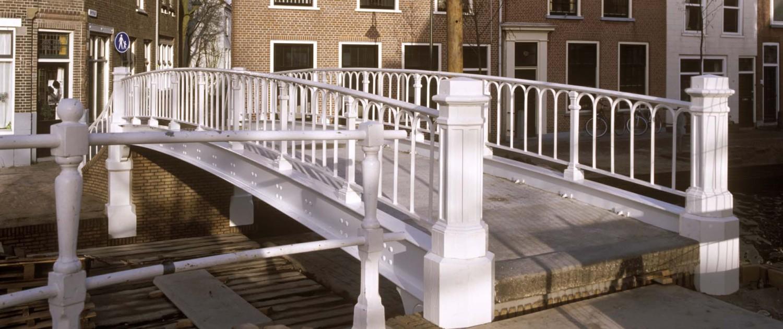 renovatie Hopbrug Delft vernieuwde balusters,herstelde oude brug door ipv Delft