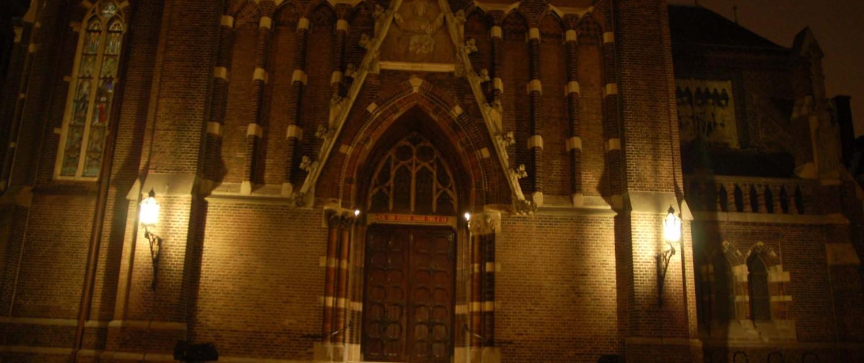 verlichting Sint Jacobuskerk Den Haag lichtontwerp bij gevel van entree