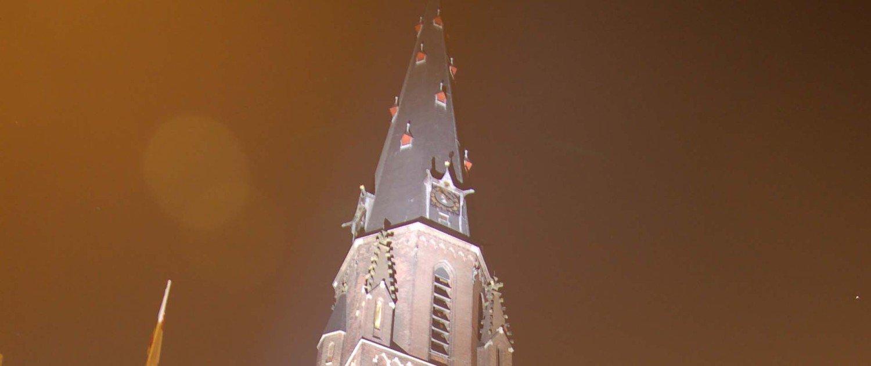 aanlichting Sint Jacobuskerk Den Haag zichtbaarheid van de rode luiken en de zichtbaarheid van de gehele spits vanuit de verre omgeving