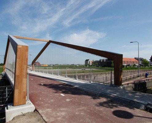 houten portalen fietsbrug verticaal gespannen rvs gaas, ontwerp door ipv Delft