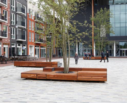 plein banken met houten bekleding en stalen frame straatmeubilair door ipv Delft