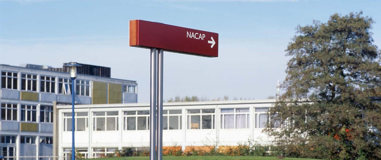 bewegwijzering Groningen Airport Eelde dubbele RVS paal