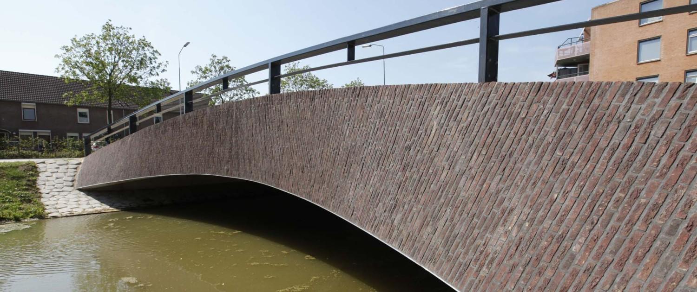 verkeersbrug Olden Tempel Beuningen stoere verticale metselwerk