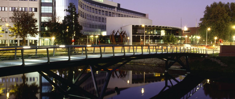 belangrijke toeganspoort Buitengracht Deventer gevorkte steunpunten met stalen middendeel en houten zijstroken simpel ontwerp verkeersbrug