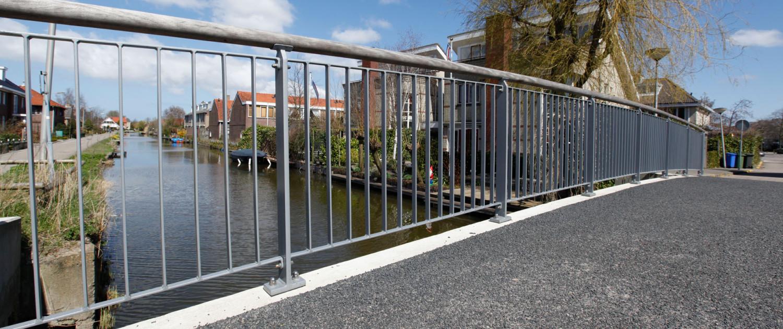 standaard brug tijdloos spijlenhekwerk houten handregel, brugontwerp door ipv Delft