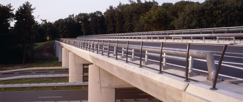verkeersbrug Delftlanden Emmen betonnen uiterlijk