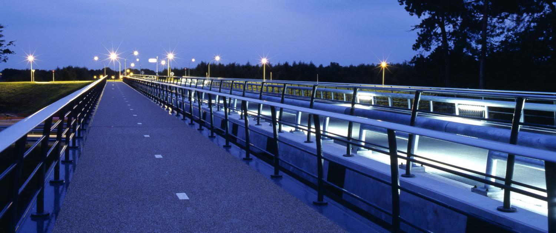 verkeersbrug Delftlanden Emmen verlichting schemering, brugontwerp door ipv Delft