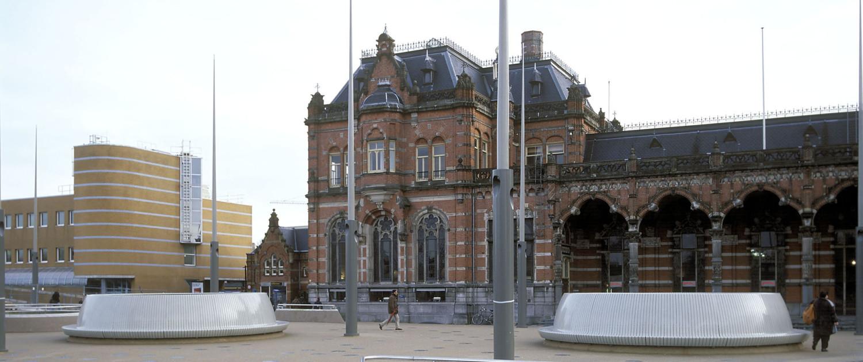 twee cirkelvormige banken stadsbalkon Groningen stationsplein hoge veiligheid