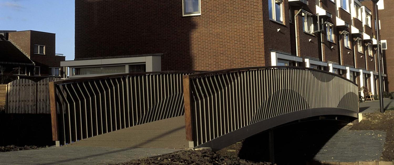 fietsbrug en voetgangersbrug Floriande Haarlemmermeer stalen golvende hekwerken met houten handregel, brugontwerp door ipv Delft