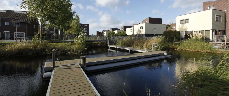 lagergelegen drijvende voetgangersbrug Floriande Haarlemmermeer met trap