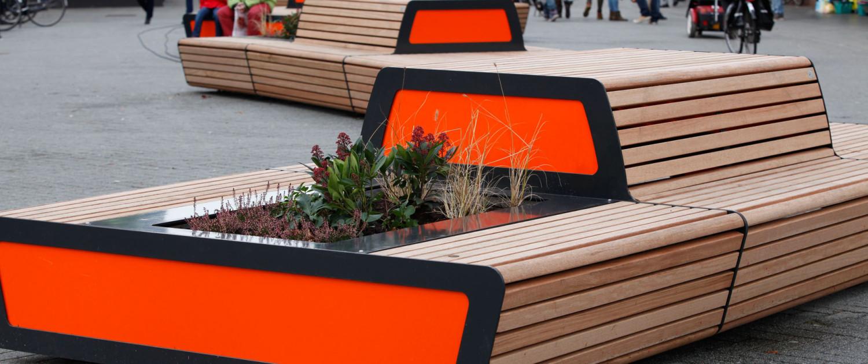 zitbanken met stalen frame en houten bekleding, plantenbak geïntegreerd, ontwerp door ipv Delft