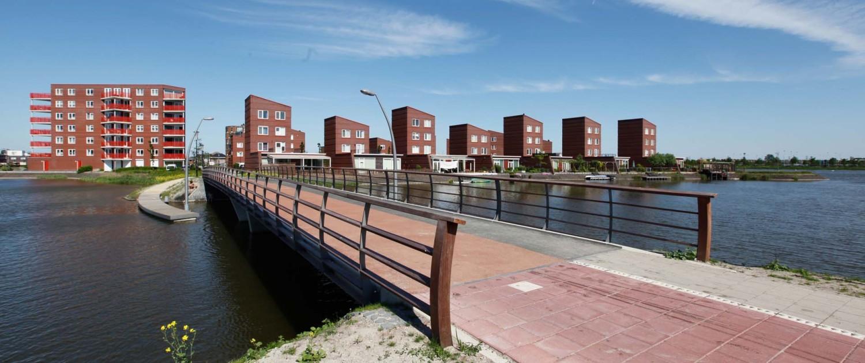 verbindende fietsbrug en loopbrug Bastion Heerhugowaard gebogen hekwerk met houten lamellen