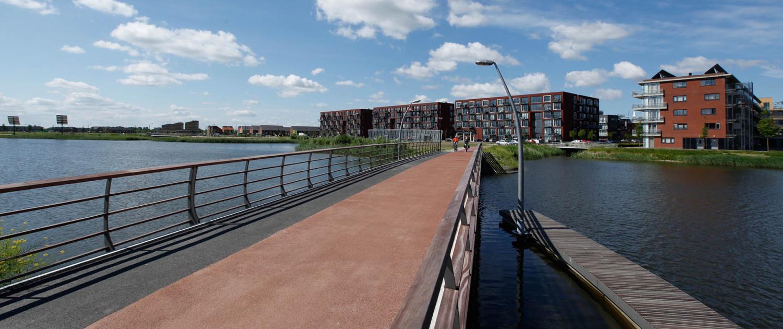 verbindende fietsbrug en loopbrug Bastion Heerhugowaard geïntegreerde overhellende lantaarnpaal