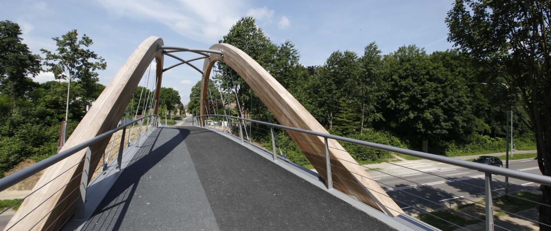 voorbereiding en bestek fietsbrug en voetgangers brug Hofstraat Landgraaf stalen brugdek en Iroko-houten bogen