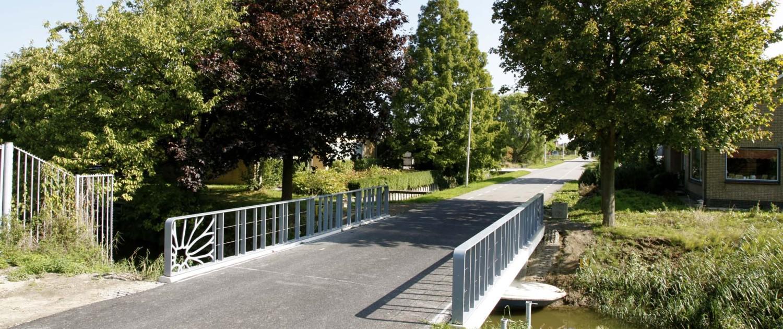 Verkeersbrug Bleiswijk Chrysantenweg uniek ontwerp stalen handregel trillingsarm voor overlastbeperking