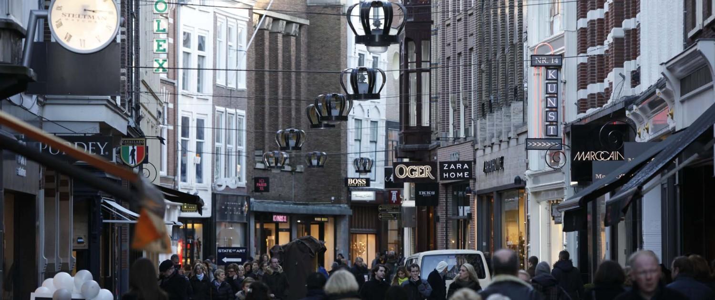 kroonvormige verlichting Noordeinde Den Haag duidelijk herkenbare eigen identiteit exclusieve winkelstraat