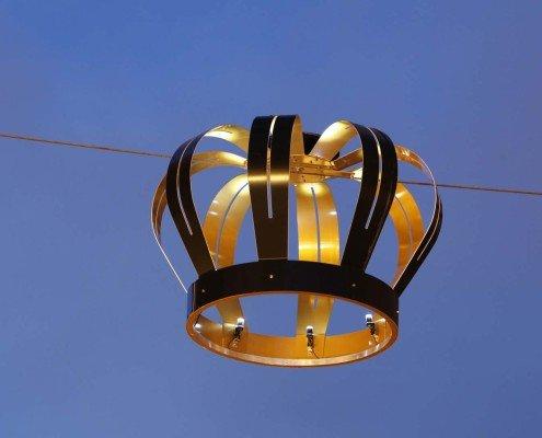 kroonverlichting paleis Noordeinde Den Haag antracietkleurige buitenkant en goudkleurige binnenkant met innovatieve ledverlichting Roadled® op zonne-energie computergestuurd en eenvoudig aanpasbaar