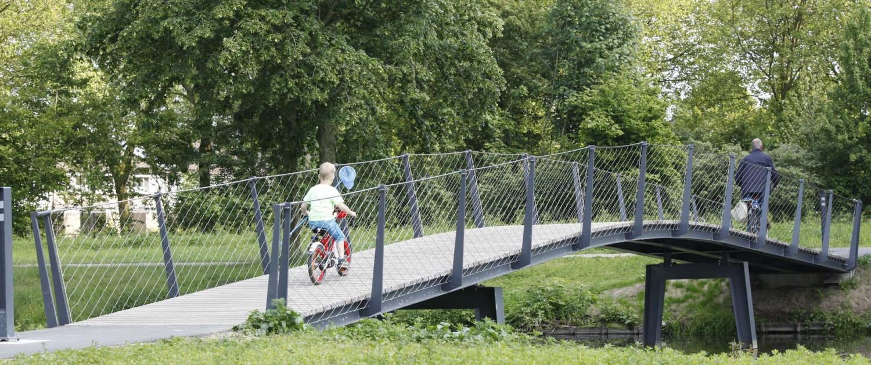 engineering fietsbrug en voetgangersbrug Elzenhoekpark Oss stalen constructie met houten dekdelen