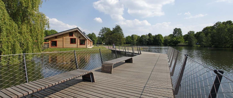 ontwerp bruggen Elzenhoekpark Oss vlonderbrug met geïntegreerde bankjes speelse toegangsroute tot het park