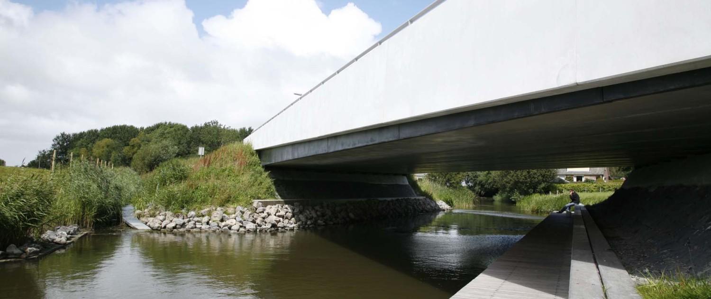 nieuwe verkeersbrug Vrouwbuurtstermolen Vrouwenparochie verwijnende randligger in dijkrant