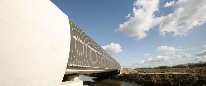 brug en onderdoorgang N837 strippenhekwerk opgebouwd uit stalen strips